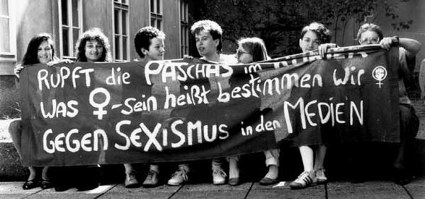 """Aktion autonomer Frauen zum Frauentag 1990 in Wien: """"Rupft die Paschas im Kurier. Was Frau-sein heißt, bestimmen wir. Gegen Sexismus in den Medien"""", Quelle: VGA"""