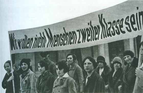 """Frauentagsdemonstration 1930 im Wiener Bezirk Floridsdorf, Bild aus: """"Der Kuckuck"""" vom 6. April 1930, S. 15 (VGA)"""