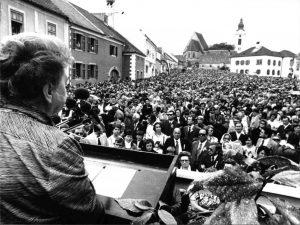 Frauentag 1977: Kundgebung der SPÖ-Frauen in Rust/Burgenland, am Rednerpult: Wissenschaftsministerin und SPÖ-Frauenvorsitzende Hertha Firnberg; Bild: VGA