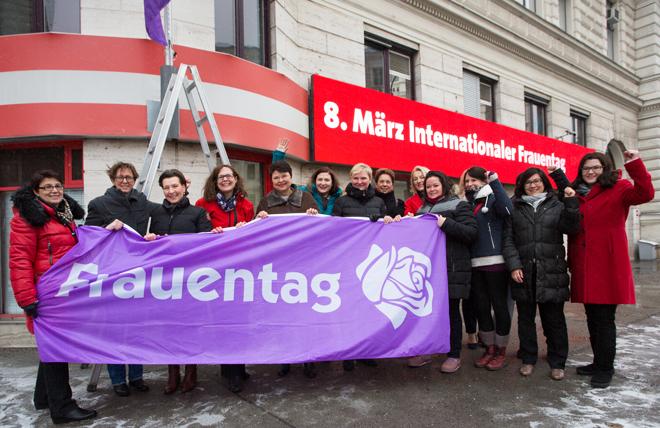 Fahnenhissung der SPÖ-Frauen am 8. März 2018 vor der SPÖ-Zentrale in der Löwelstraße. Bild: SPÖ/Stohanzl