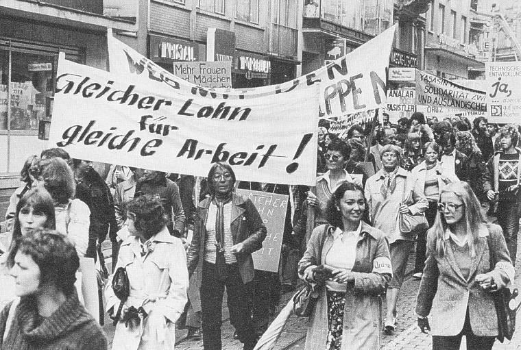 Frauendemonstration in den 70er Jahren Bild: Tühne, Anna / Olfe-Schlothauer, Rina (Hg.): FrauenBilderLesebuch, Frankfurt/M.-Wien-Zürich 1980, S. 110