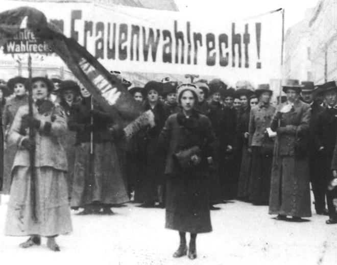 1913: Demonstration der Ottakringer Sozialdemokratinnen für das Frauenwahlrecht, Bild: STBKA