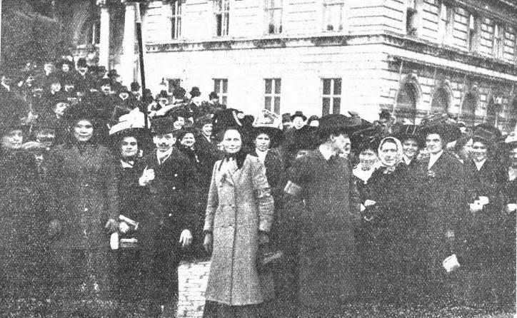 Frauenwahlrechtstag. Demonstrationszug auf der Wiener Ringstraße am 19. März 1911. Wiener Bilder. Illustriertes Familienblatt, Nr. 12 vom 22.3.1911, Seite 9. Foto: Karl Seebald, © ÖNB